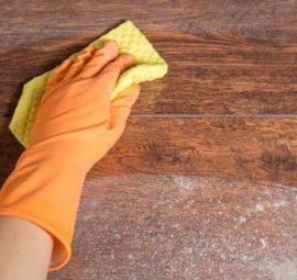 Vệ sinh lau chùi cửa gỗ và tay nắm cửa